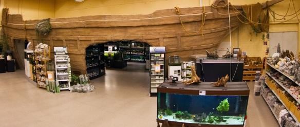 Eingang zur Aquaristikabteilung der Zoofachhandlung Burkart in Freiburg